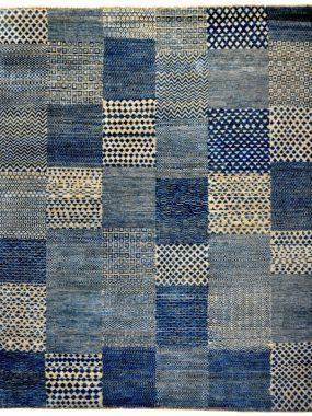 Handgeknoopt vintage / patch tapijt met decoratieve blokken in blauw en beige. Vloerkleed Checkers is verkrijgbaar: Hoogeveen Wolvega en Tilburg