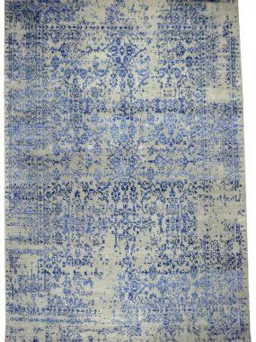 Modern eigentijds wollen vloerkleed met blauw vintage dessin. Handgeknoopt karpet Erased blauw is verkrijgbaar in Tilburg Didam Wolvega