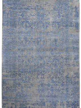 Modern wollen grijs karpet met blauw vintage dessin is verkrijgbaar in Tilburg Wolvega Didam en Breda. Mooi in moderne zitkamer.