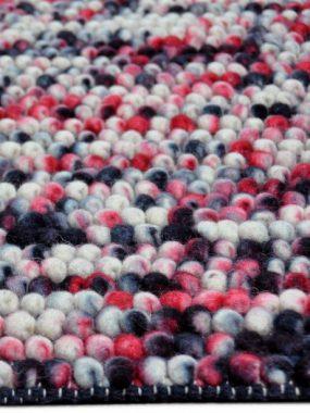 Trendy Karpet met hoge noppen, bolletjes of lussen in de kleur rood en zwart. Verkrijgbaar in Oldenzaal Wolvega Leiden Den Bosch en Tilburg
