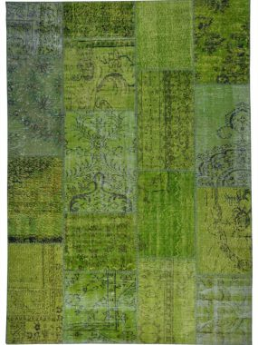 Groen en zwart Patch vloerkleed wat prima staat in vintage woonkamer. Bezoek de filialen: Oldenzaal Hoogeveen Zoetermeer Eindhoven en Tilburg