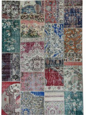 Kleurrijk Patch tapijt wat goed past in vintage woonkamer. Verkrijgbaar: In onze winkels: Tilburg Arnhem Den Haag Heerenveen en Oldenzaal