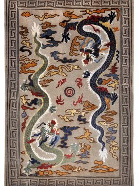 Antiek handgeknoopt Chinees tapijt Dragon is verkrijgbaar bij Perez vloerkleden in Tilburg